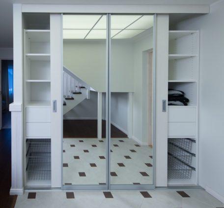 Garderoobisüsteem valge melamiin, liuguksed Tank062hõbe raam, kirgas peegel
