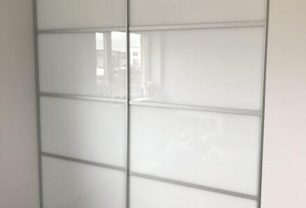 Liuguksed Tank062 anodeeritud hõbe raam, jagatud 4-ks, sisu valge taustvärvitud klaas