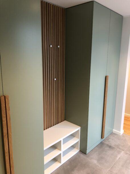 Käändustega  garderoobisüsteem, värvitud MDF uksed, käepide Tamm1200 ja puitlippsein