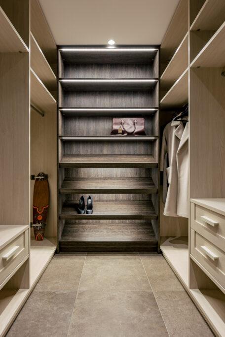Walk-in garderoob, Valge tamme ja maliwenge melamiin